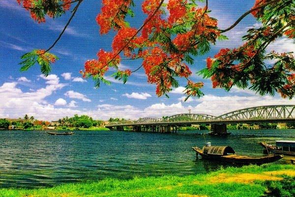 Sông Hương thơ mộng giữa lòng Cố Đô
